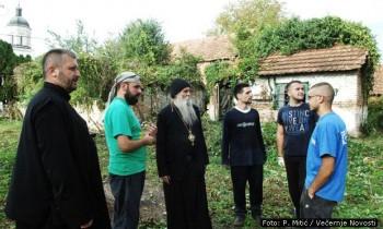 Vladika Jovan (treći sleva) sa mladićima iz Banjaluke koji pomažu u obnovi