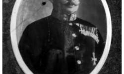 Fotografija austrougarskog podmaršala Mihajla Manojlovića na nadgrobnom spomeniku u Glini iz 1905.