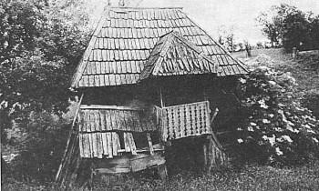 Čardak Stoje Zorić, Donji Žirovac, Objekt koji je služio bračnom paru nekadašnje kućne zadruge. Prizemlje od brvana, a kot od planjki. Ćetverostrešni krov pokriven je daščicama (šindrom). Ograda kukuljice je bogato ukrašena.