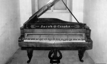 Klavir na kojem je prvi put svirana hrvatska himna (snimak iz 2003)
